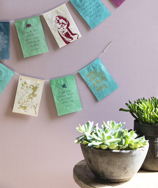 handmade paper wishing flags wensvlaggetjes licht light vrede peace frieden